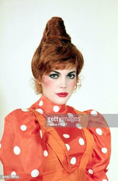 Mireille Mathieu déguisée pour les besoins d'in show televisé 1975