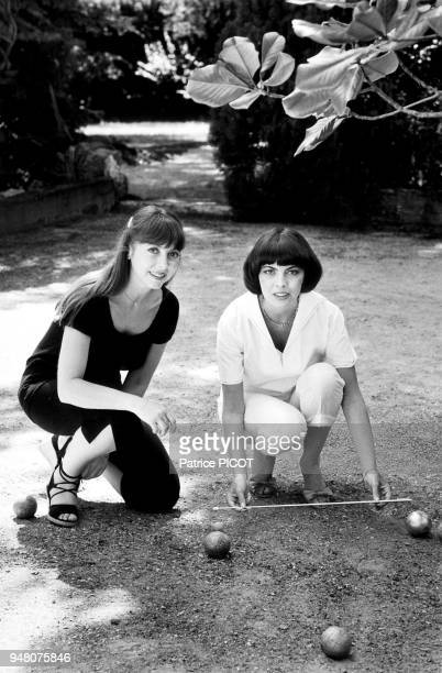 Mireille Mathieu en vacances avec sa soeur Monique à la Bedoule aout 1980