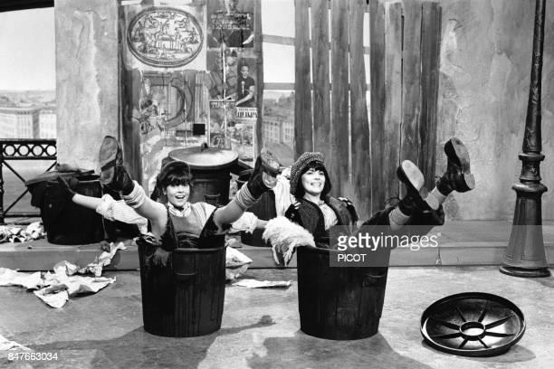 Mireille Mathieu et Chantal Goya dans une scene burlesque d'un show televise en octobre 1980 a Paris France
