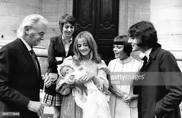 Mireille Mathieu et Johnny Stark avec Michel Delpech et son épouse Chantal au baptême de leur fille Garance en 1970 en France