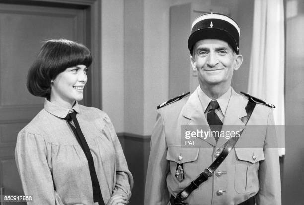 Mireille Mathieu et Louis de Funès déguisé en gendarme de SaintTropez en novembre 1978 à Paris France