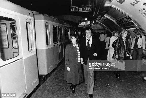 Mireille Mathieu et Michel Sardou au métro 'les Sablons' lors de l'inauguration d'une station radiophonique le 6 octobre 1975 à Paris France
