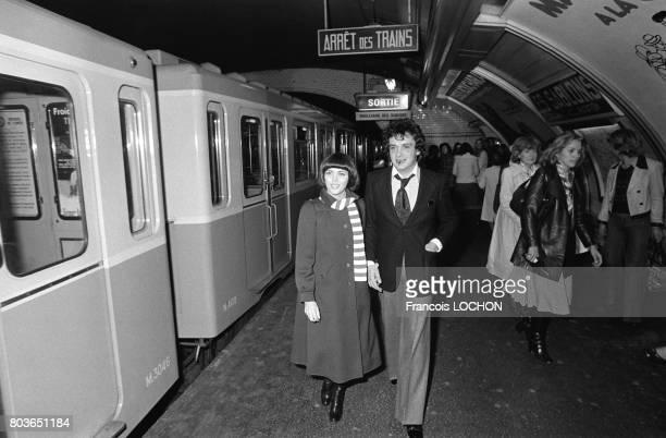 Mireille Mathieu et Michel Sardou dans le métro à la station Les Sablons à Paris le 6 septembre 1975 en France