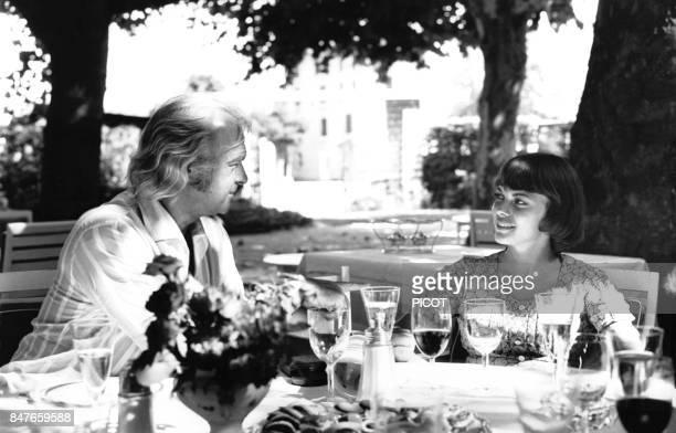 Mireille Mathieu et son impresario Johnny Stark dejeunent dans un jardin en avril 1970 a Grenoble France