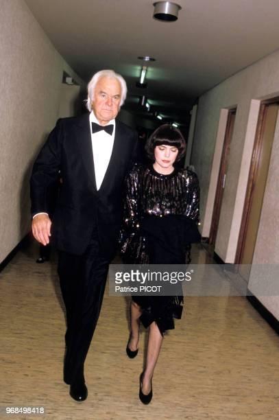 Mireille Mathieu et son impréssario Johnny Stark arrivent au Palais des Congrès le 16 janvier 1986 Paris France