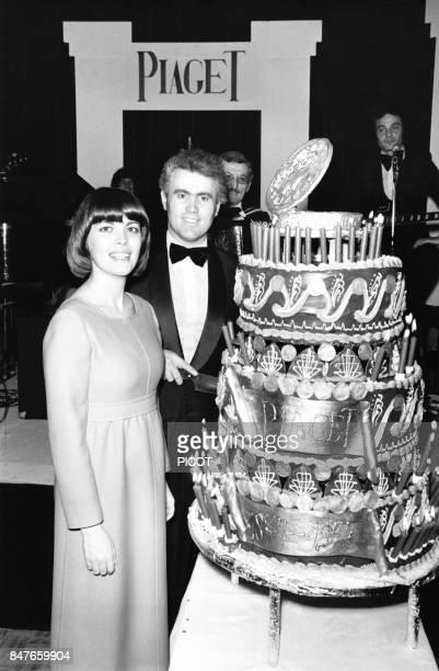 Mireille Mathieu et Yves Piaget directeur de la celebre marque d'horlogerie suisse lors de la soiree des cent ans de la marque devant le gateau...
