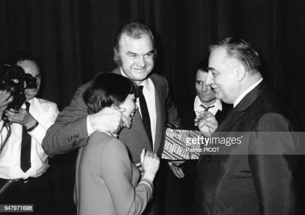 Mireille Mathieu fetee par son impresario Johnny Stark et Bruno Coquatrix apres son dernier concert a l'Olympia en janvier 1968 a Paris France