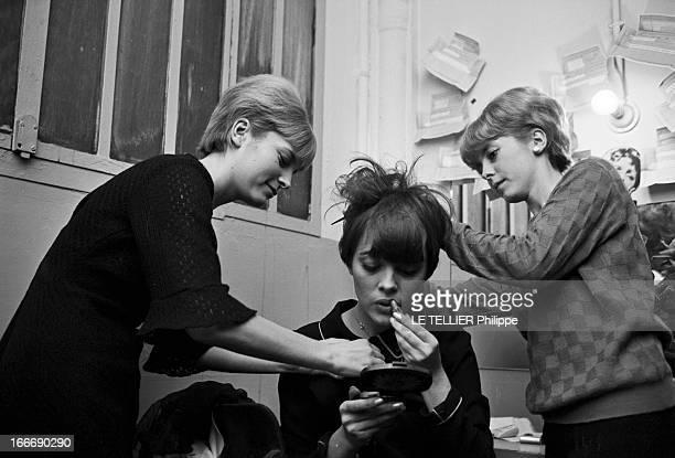 Mireille Mathieu In The 'Sacha Show' At The Olympia France Paris 28 décembre 1965 la chanteuse Mireille MATHIEU participe au 'Sacha show' une...