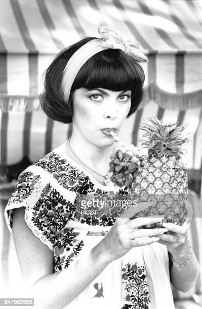 Mireille Mathieu se detend en buvant un cocktail dans la propriete de son impresario Johnny Stark pres de Marseille en aout 1980 a La Bedoule France