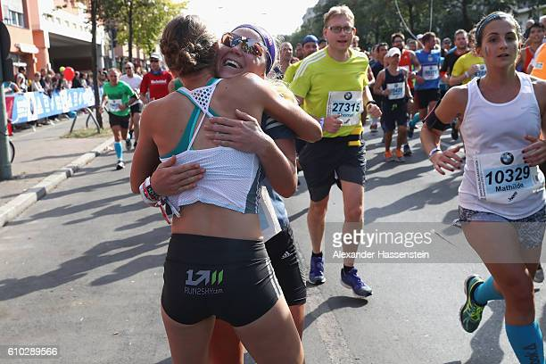 Miriam Goessner of the BMW Wintersport relay hands over to her team mate Lisa Hahner during the 43 BMW Berlin Marathon on September 25 2016 in Berlin...
