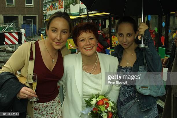 MiriamCharlotte Krekel Lotti Krekel KimSarah Krekel Köln Hochzeit von Ernst H Hilbich und Lotti Krekel am Braut Tante mit Nichten Blumen...
