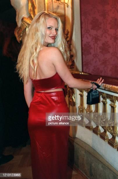 Mirja Becker das erste Playmate des neuen Jahrtausends posiert am Rande der Verleihung der Bayerischen Filmpreise am 1411999 in München in einem...