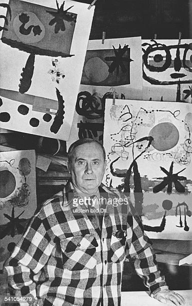 Miro Joan *20041893Maler Bildhauer Grafiker E vor seinen Werken 1959