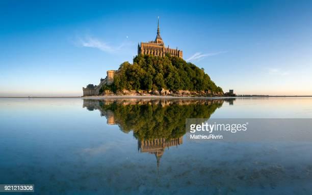 miroir d'eau au mont saint-michel - モンサンミッシェル ストックフォトと画像