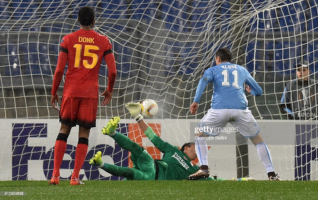 Miroslav Klose of SS Lazio scores the goal 3-1 during the UEFA Europa League Round of 32 second leg match between SS Lazio and Galatasaray AS on February 25, 2016 in Rome, Italy.