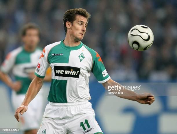 Miroslav Klose Stürmer SV Werder Bremen D fixiert den Ball