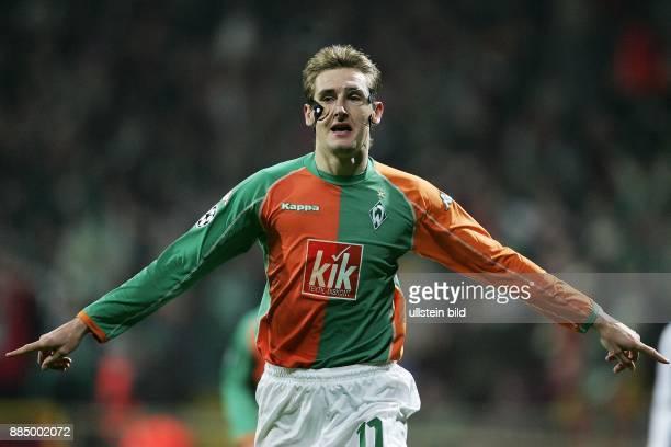 Miroslav Klose Stürmer SV Werder Bremen D trägt eine Gesichtsmaske und jubelt mit ausgestreckten Zeigefingern