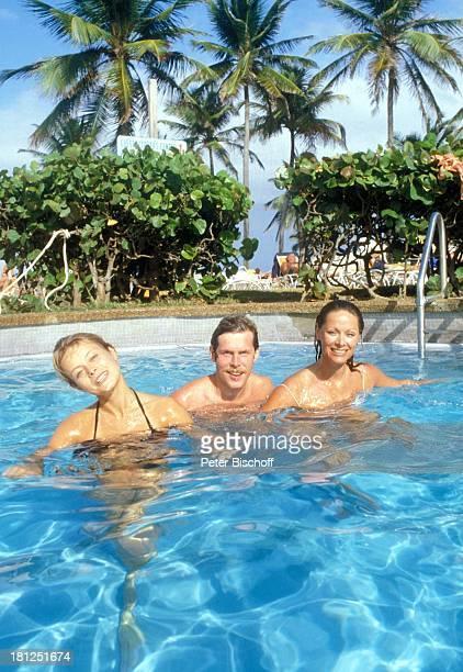 Miroslava Safrankova Sigmar Solbach Heide Keller neben den Dreharbeiten zur ZDFReihe Traumschiff Folge 2 3 Karibik/Bahamas Palmen im Pool Bikini...