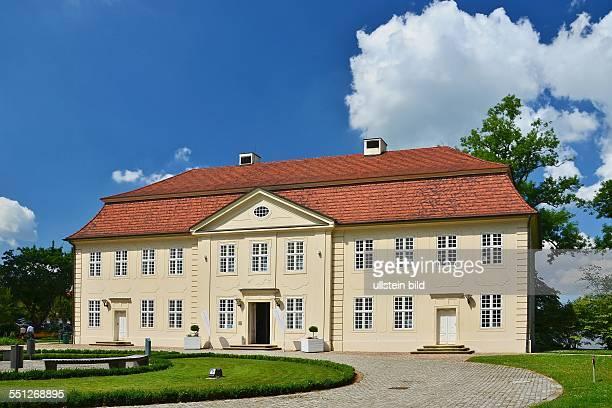 Mirow das 3KoeniginnenPalais auf der Schlossinsel befindet sich in dem 1758 erbauten ehemaligen Kavaliershaus und Kuechengebaeude des Schlosses einem...
