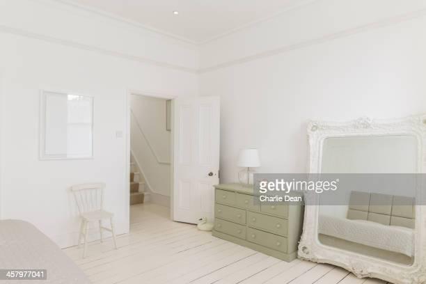 Miroir de maquillage et une commode dans la chambre