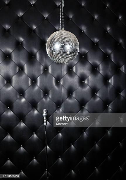 Spiegel mit Ball und Mikrofon
