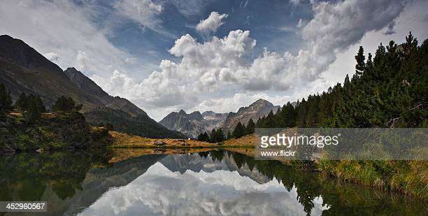 mirror lake - huesca fotografías e imágenes de stock