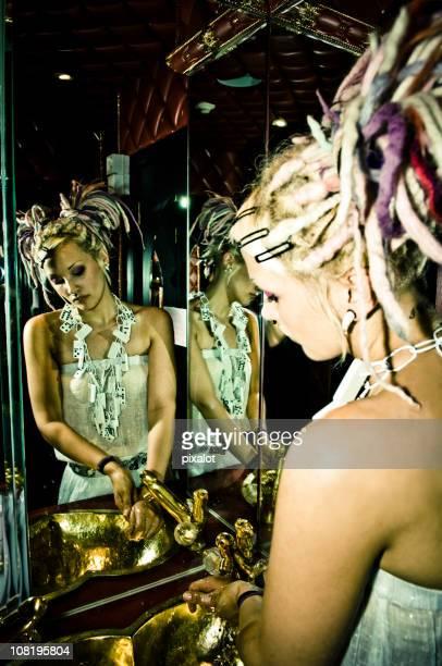 spiegel der frau mit rastazopf hände waschen - intim piercing stock-fotos und bilder