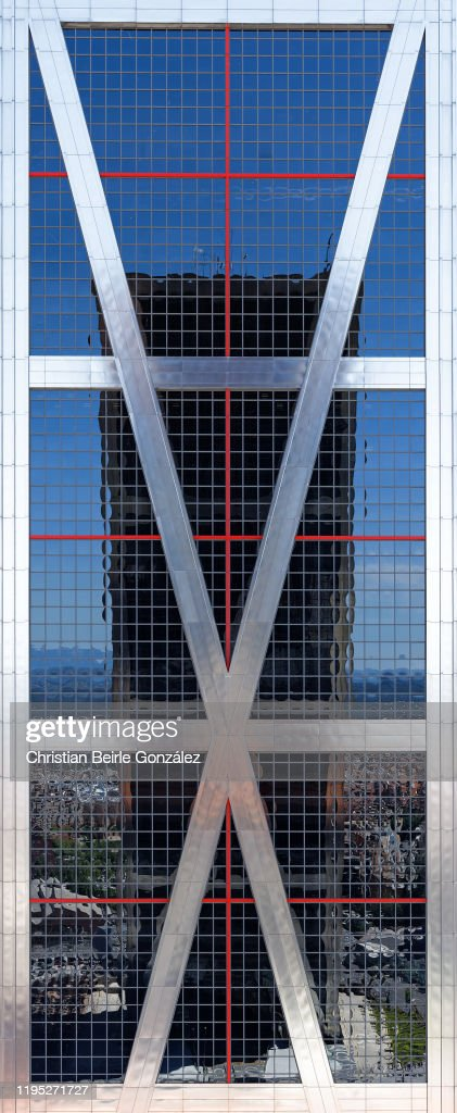 Mirror Reflection of the East Tower of Bankia Office Building, Madrid, Spain in the West Tower. : Stock-Foto