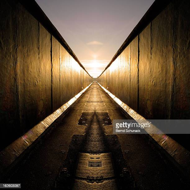 mirrored berlin wall - bernd schunack stock pictures, royalty-free photos & images