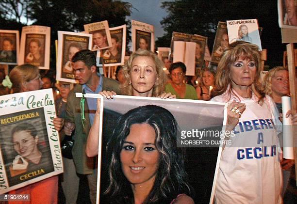 Mirta Gusinki de Cubas esposa del ex presidente Raul Cubas muestra un retrato de su hija durante una marcha de protesta al cumplirse los 100 dias del...