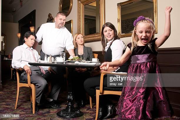 Fällt Mädchen in Restaurant
