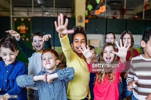 les écoliers malfaiteur se sentent frustrés dans la salle de classe. - seulement des enfants photos et images de collection