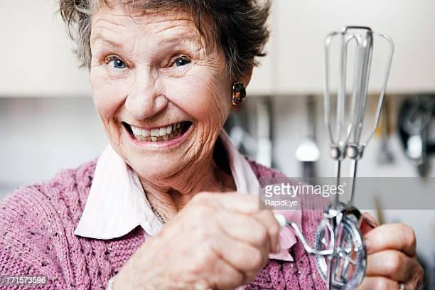 歳の女性、茶目っ気の卵 beater 笑顔