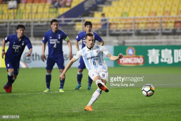 Mislav Orsic of Ulsan Hyndai fails to converts a penalty kick during the AFC Champions League Round of 16 second leg match between Suwon Samsung...