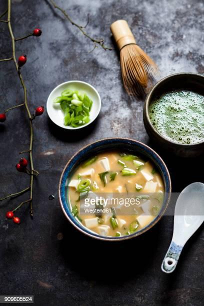 miso soup, silken tofu, wakame seaweed, spring onion, matcha tea - washoku fotografías e imágenes de stock