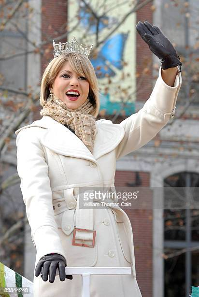 Miss America 2008 Kirsten Haglund waves to the crowd during the 6ABC/IKEA Thanksgiving Day Parade November 27, 2008 in Philadelphia, Pennsylvania....