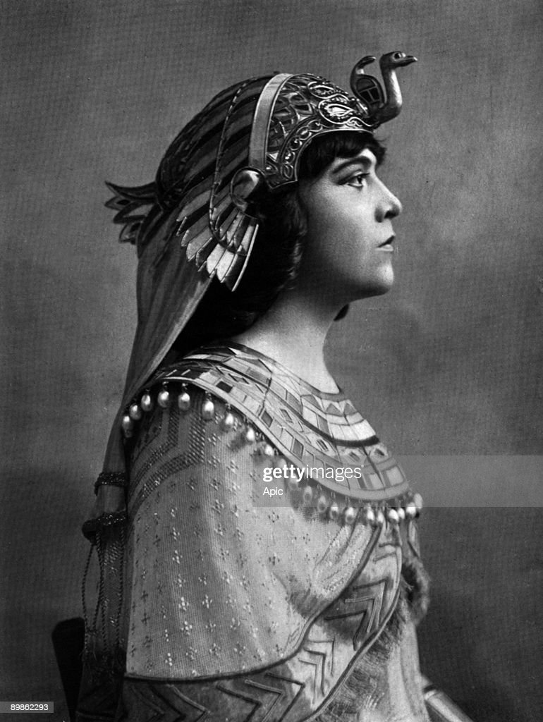 Miss Delvair in the role of Cleopatra in the week of Cornelius Pompey's death at the Comédie Française extracted Felix Photo of Le theater in June 1906