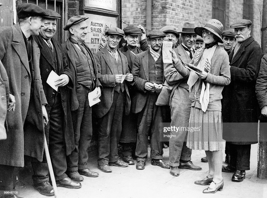 Miss Dora West, on of the 50 candiadates for the Election campaign on duty. Miss West is candidating for 'Rotherhithe Division' of East London (Bermondesey). London. Photograph. 1929.  (Photo by Austrian Archives (S)/Imagno/Getty Images) : News Photo