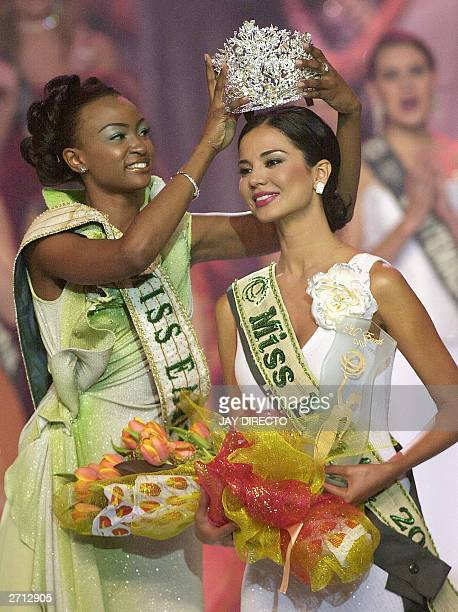 Miss Earth of 2002 Winfred Omwakwe from Kenya crowns the new winner of the contest Dania Prince of Honduras in Manila late 09 November 2003 Prince...