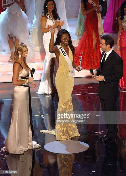 Miss Ghana Angela Asare is given the 'Miss Congeniality' award by show hosts Nancy O'Dell and Carlos Ponce during the Miss Universe 2006 pageant at...