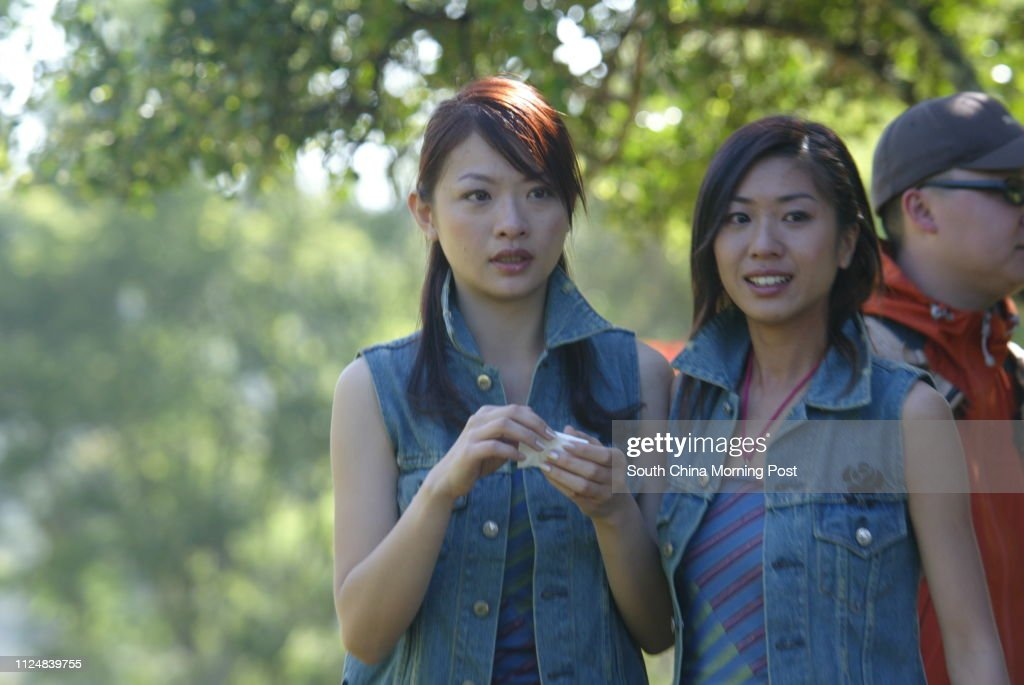 Miss Hong Kong contestant Jacqueline Wong Yee-man (left) sheds tears in fears after mounting a horse at Mount Kenya Safari Club, Kenya on 01 June 2004. Fellow finalist Emily Wong Wai-man (right) comforts her. : ニュース写真
