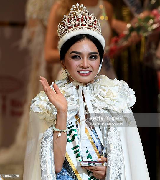 Miss International Kylie Verzosa from Philippines waves during the Miss International beauty pageant final in Tokyo on October 27 2016 / AFP /...