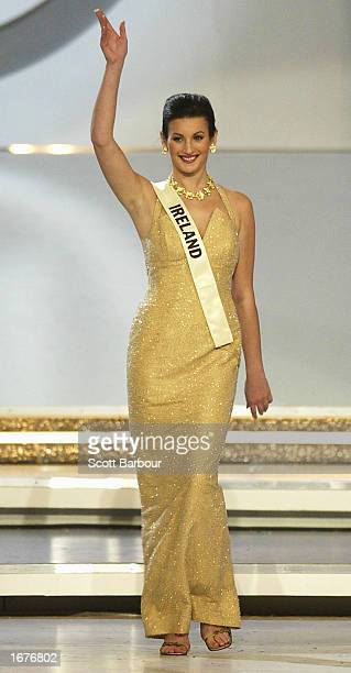 Miss Ireland Lynda Duffy waves as she is introduced to the audience at the Miss World 2002 competition December 7 2002 in London England The Miss...