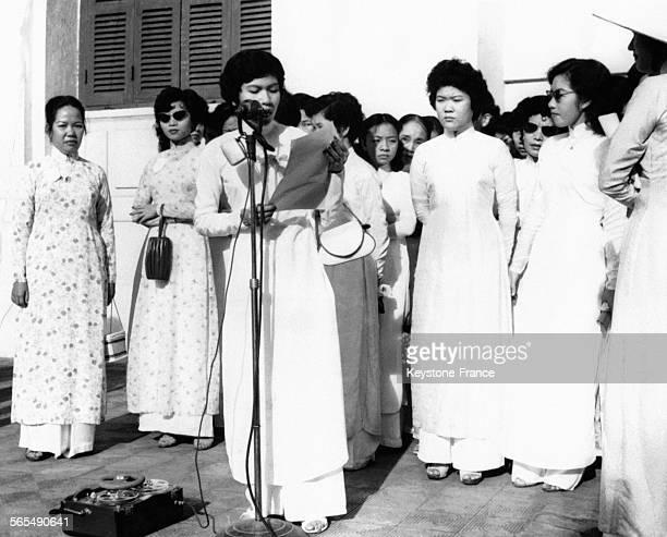 Miss LeThiHoa représentante d'un groupe de femmes vietnamiennes protestant contre l'intervention soviétique en Hongrie lit son allocution devant un...