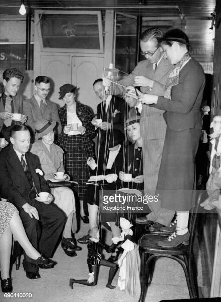 Miss Olive Blackham et Mr John Vinden faisant une représentation théâtrale de marionnettes lors d'un goûter donné à l'Association britannique des...