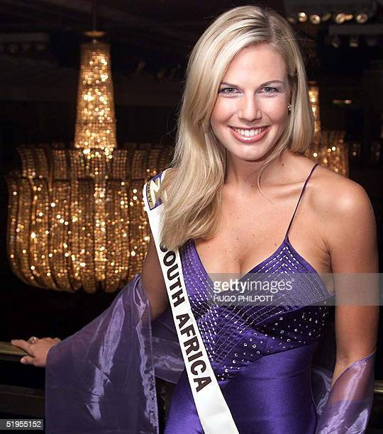 Miss South Africa 23yearold Heather Hamilton poses for the cameras at the official Miss World photocall at the Grosvenor House in London 23 November...