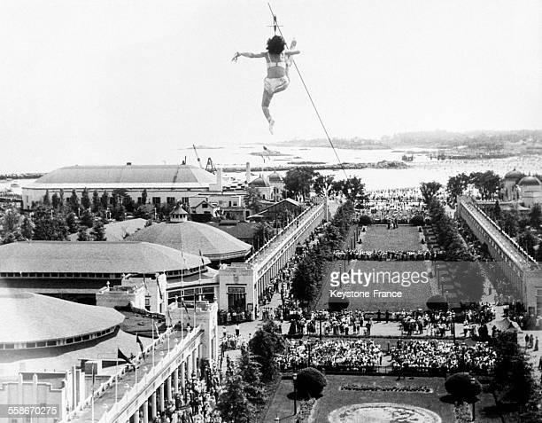 Miss Tiny Kline accrochée par les dents à un câble suspendu à plus de 200 mètres de haut le 7 août 1931