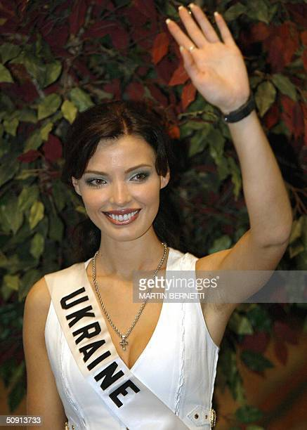 Miss Ukraine Oleksandra Nikolayenko waves at the photographers 31 May 2004 in Quito City during the last session of interviews The Miss Universe 2004...