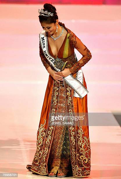 Miss Universe Riyo Mori of Japan bows her head as she appears on stage during the Miss Indonesia 2007 pageant in Jakarta early 04 August 2007 Putri...