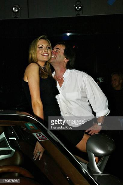 Miss World 2003 Rosanna Davison Mit Ihrem Vater Chris De Burgh Bei Der Eröffnung Des Neuen Porsche Zentrum In München